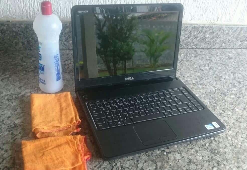 Imagem da tela do notebook limpa utilizando álcool em gel duas flanelas